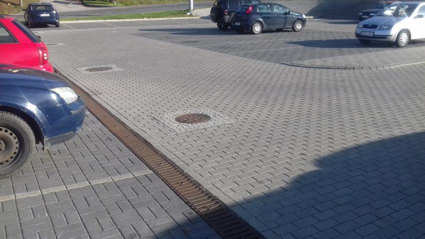 fragment odwodnienie liniowego w klasie D400 na parkingu przed stadionem miejskim w Tychach odwodnienia firmy Markpol